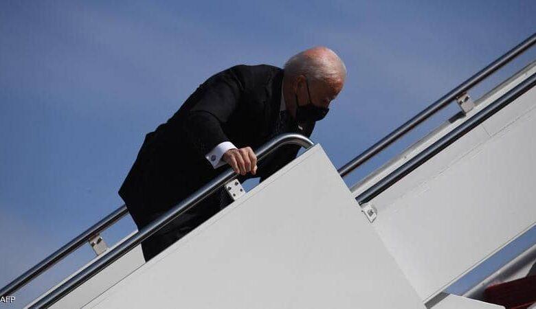 """صورة سقوط الرئيس الأمريكي """"جو بايدن"""" من على سلم الطائرة"""