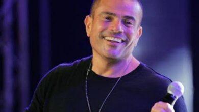 """صورة سقوط """"عمرو دياب"""" على المسرح في أحد الحفلات الخاصة يُشعل مواقع التواصل الاجتماعي"""