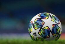 """صورة فيديو.. وقف مباراة كرة قدم بالدوري البولندي بعد سقوط """"مظلي"""" في منتصف الملعب"""