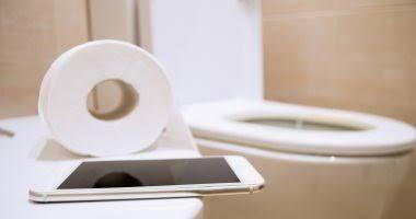 صورة يعرضك للخطر.. خبراء يحذرون من دخول الحمام بالهاتف المحمول