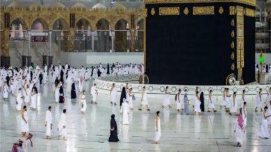 """صورة رئاسة """"المسجد الحرام"""" تجري أعمال صيانة وتنظيف لإطار """"الحجر الأسود"""""""