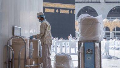 """صورة فيديو.. حافظات """"ماء زمزم"""" تعود إلى ساحات """"المسجد النبوي"""""""
